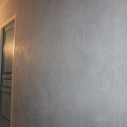 Réalisation d'un enduit de chaux dans un couloir