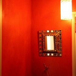 stuc rouge dans une entrée