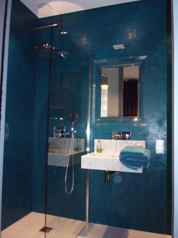 B ton cir et peinture dans une belle maison d h tes a - Beton cire dans une salle de bain ...