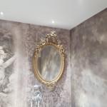 Badigeons de chaux et papier peint dans une salle de bain