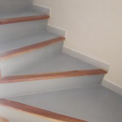 Escalier en carrelage rénové en béton ciré